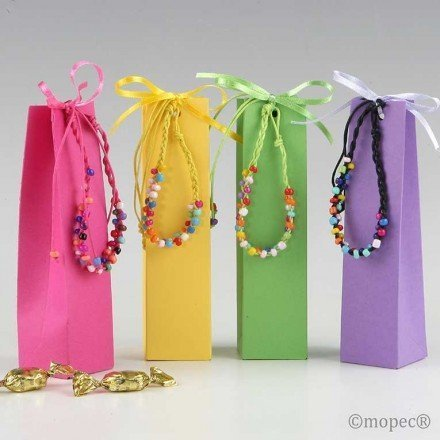 Multicolor bracelet in box with 5 candies