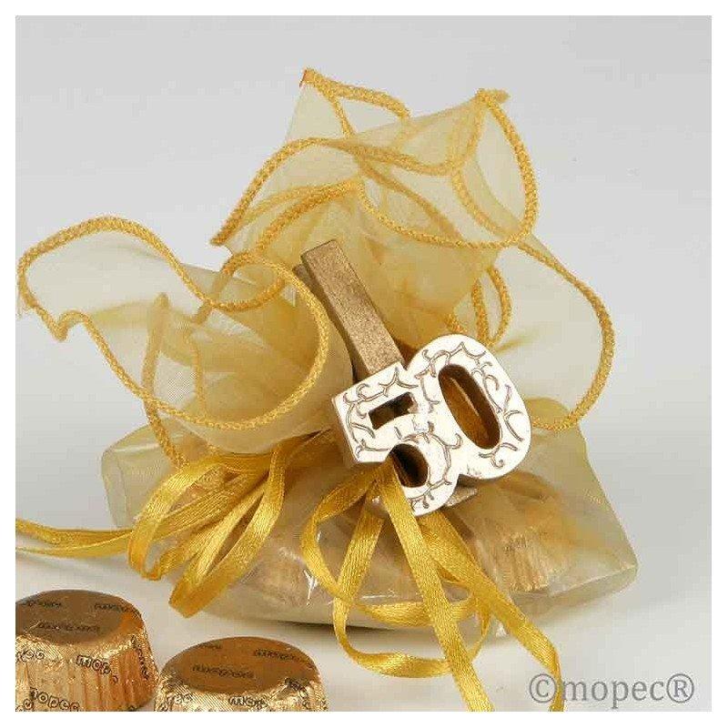 Pinza madera dorada 50 aniversario con 4 bombones 161 for Detalles de aniversario de bodas