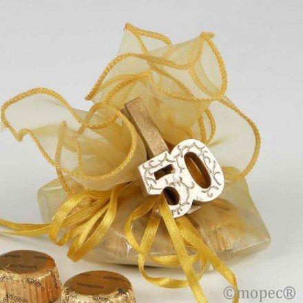 Pinza madera dorada 50 aniversario con 4 bombones