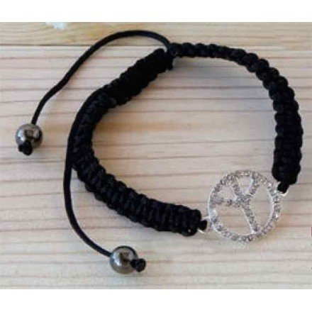 Detalle pulsera negra trenzada simbolo paz